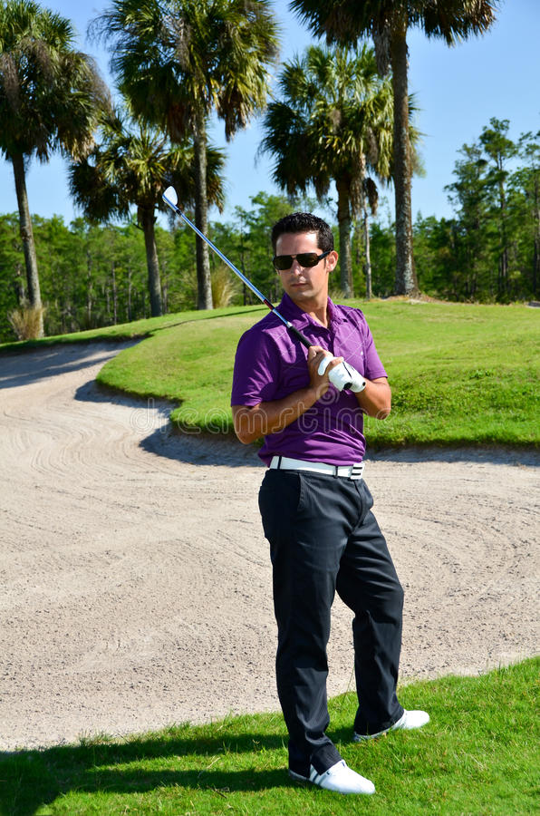 Мужские представления игрока в гольф с гольф-клубом стоковые фото