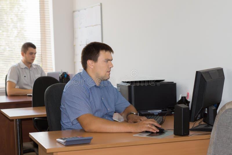 Мужские работники офиса на обозначенной зоне таблицы стоковые фото