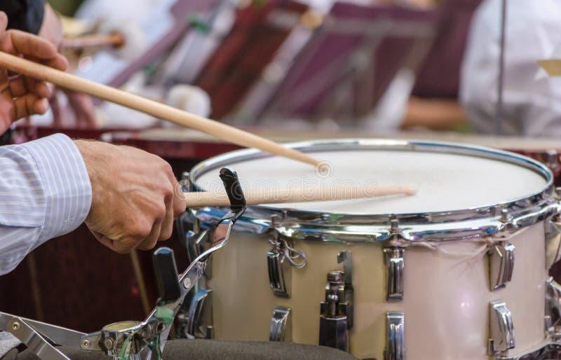 Мужские руки барабанщика музыканта с drumsticks и концом барабанчика вверх стоковые изображения