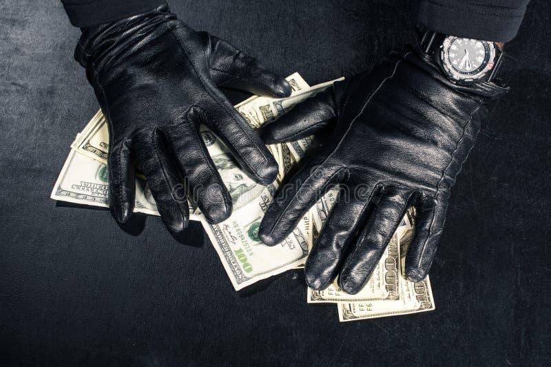 Мужские руки в черных перчатках стоковые фотографии rf