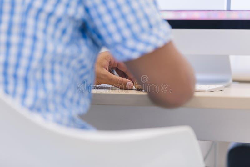 Мужские руки или работник офиса людей печатая на клавиатуре стоковая фотография