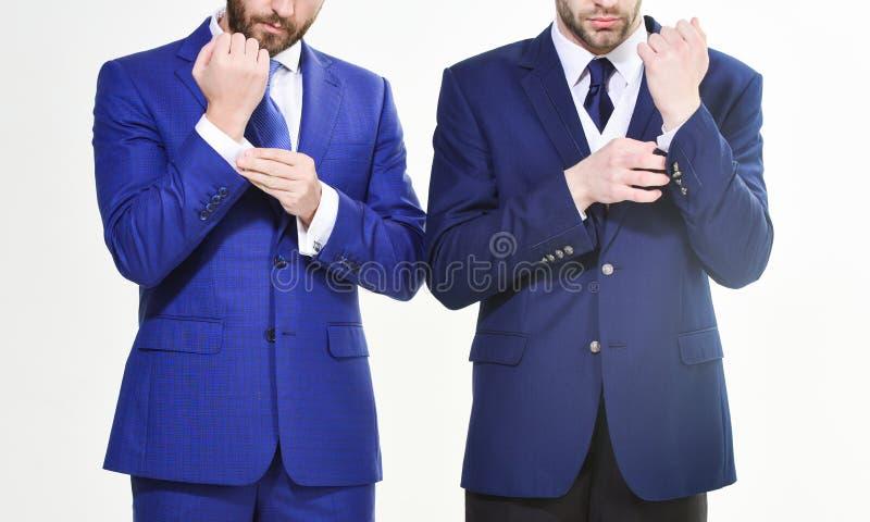 Мужские руки регулируя конец делового костюма вверх Уверенно в его стиль Бизнесмены выбирают официально одежду каждо стоковое изображение rf
