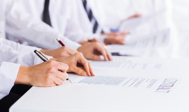 мужские руки с ручкой над деловым документом стоковая фотография rf