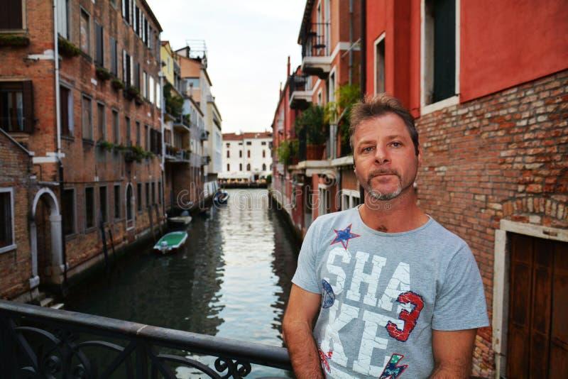 Мужские турист и городской пейзаж в Венеции, Италии стоковое фото rf