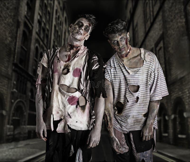 2 мужских зомби стоя в пустой улице города стоковая фотография rf