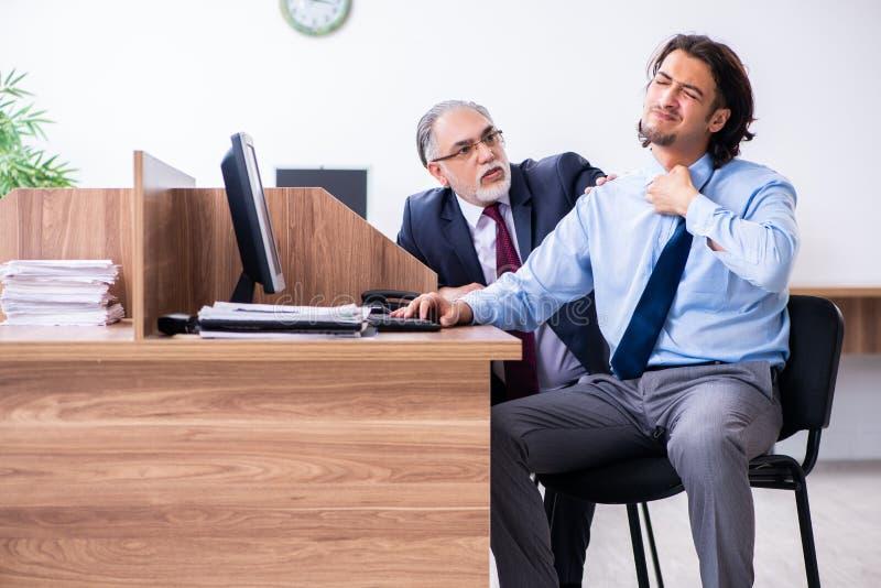Мужское страдание работника от сердечного приступа в офисе стоковая фотография rf
