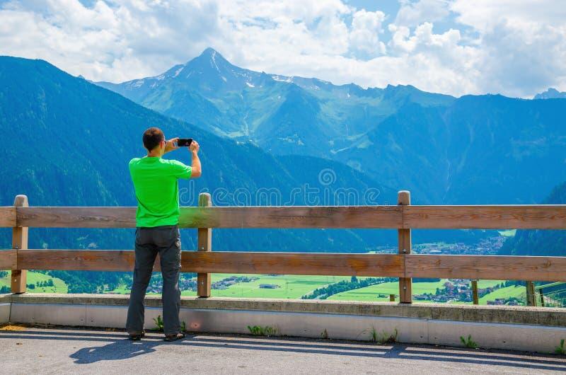 Мужское туристское принимая фото высокогорного ландшафта стоковое изображение rf