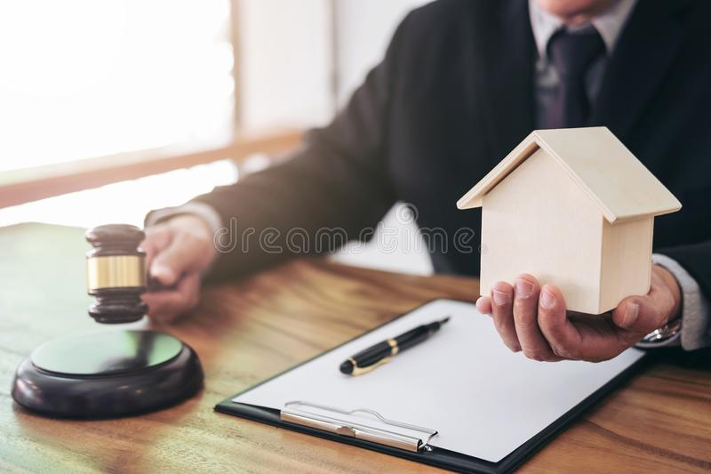 Мужское ` s руки юриста или судьи поражая молоток на звучать блок стоковое фото