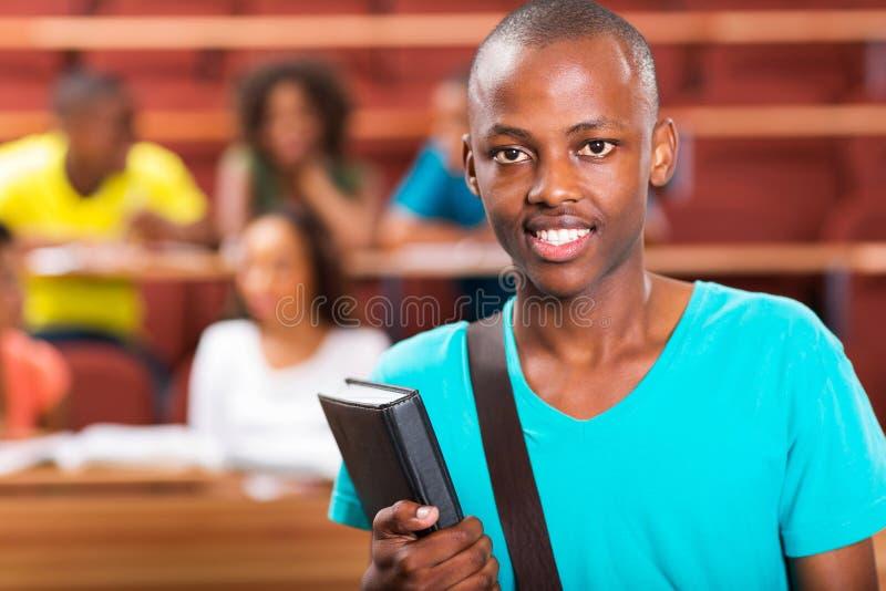 Мужской африканский студент колледжа стоковое изображение rf
