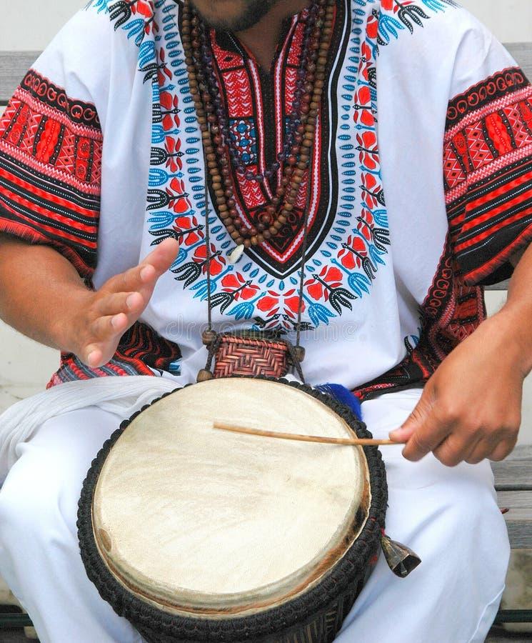 Мужской барабанщик конго стоковое изображение