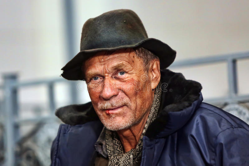 Мужской бездомный попрошайка стоковая фотография