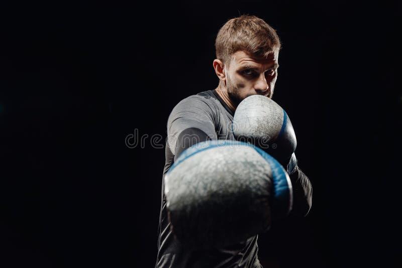 Мужской бокс в груше стоковые фото