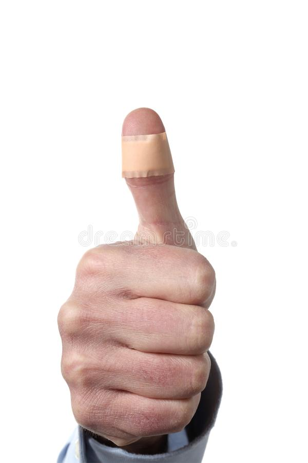 Мужской большой палец руки показа руки с гипсолитом изолированным на белой предпосылке с путем клиппирования и космосе экземпляра стоковые изображения rf