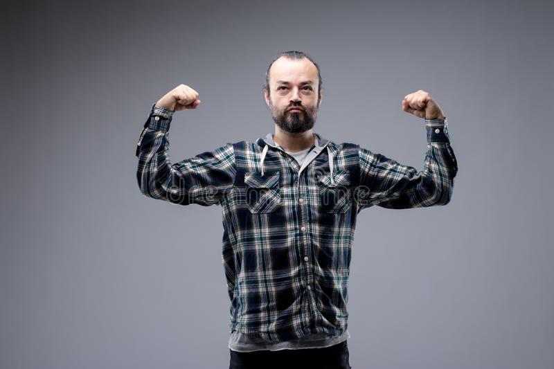 Мужской бородатый человек изгибая его оружия стоковые фотографии rf