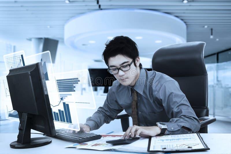 Мужской бухгалтер с диаграммой и калькулятор стоковое фото