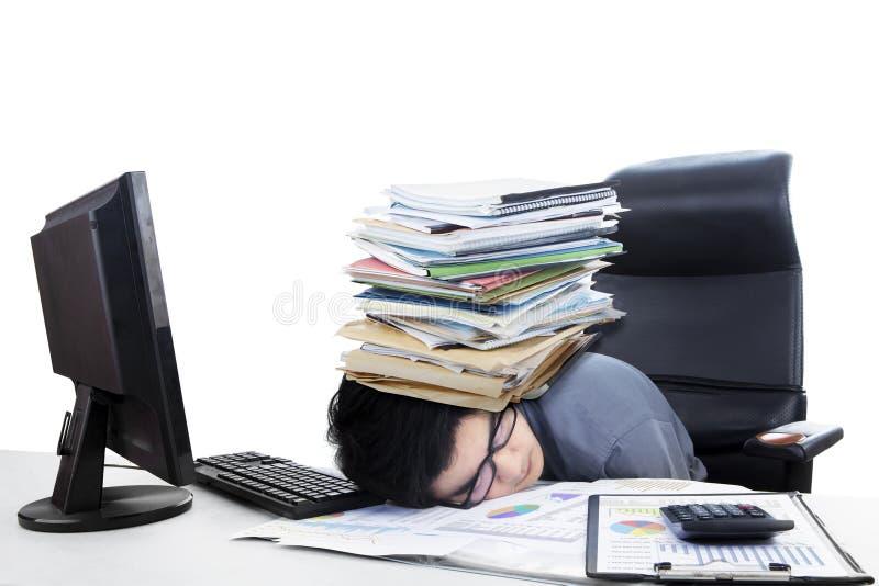 Мужской бухгалтер с стогом обработки документов стоковое фото rf