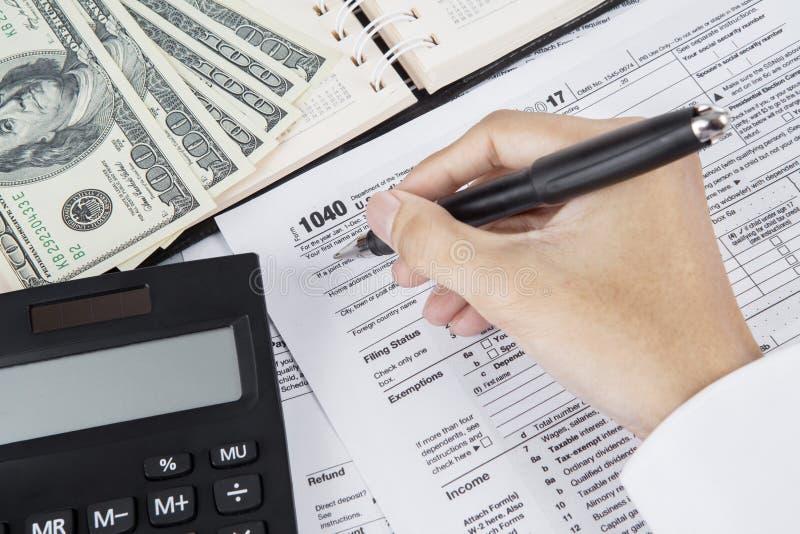 Мужской бухгалтер хранит налоговую форму подоходного налога стоковое изображение rf