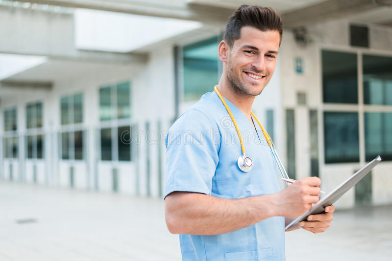 Мужской ветеринар медсестры с стетоскопом и таблеткой стоковое изображение