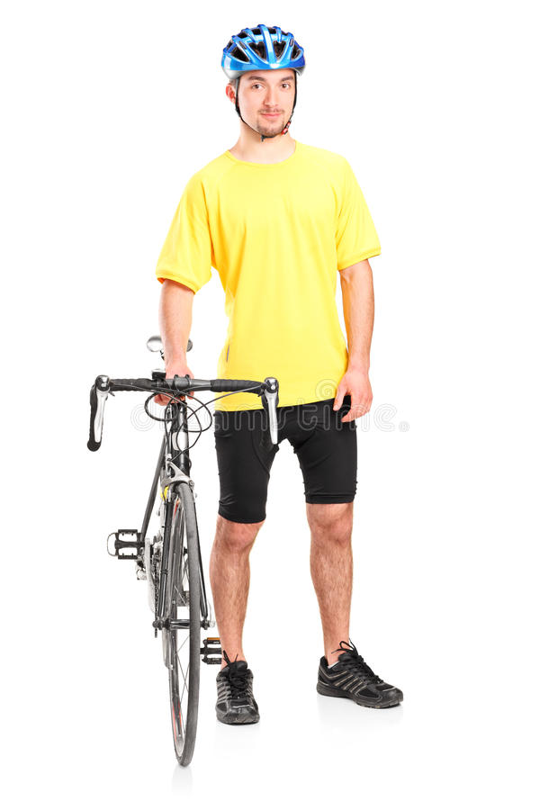 Мужской велосипедист представляя с его велосипедом стоковое фото