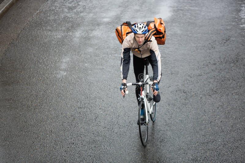 Мужской велосипедист с рюкзаком на улице стоковое изображение rf