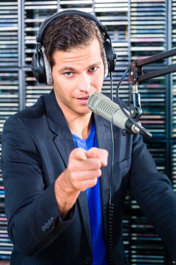 Download Мужской вручитель радио в радиостанции на воздухе Стоковое Фото - изображение насчитывающей подтверждения, радио: 40585864
