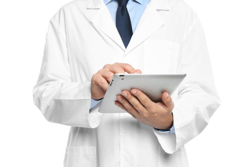 Мужской доктор держа современный планшет на белой предпосылке стоковая фотография rf