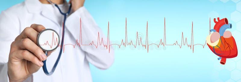 Мужской доктор со стетоскопом на предпосылке цвета Медицинский объект стоковое фото