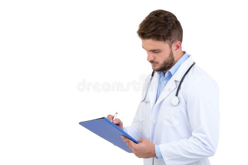 Мужской доктор стоя при папка, изолированная на белой предпосылке стоковая фотография rf