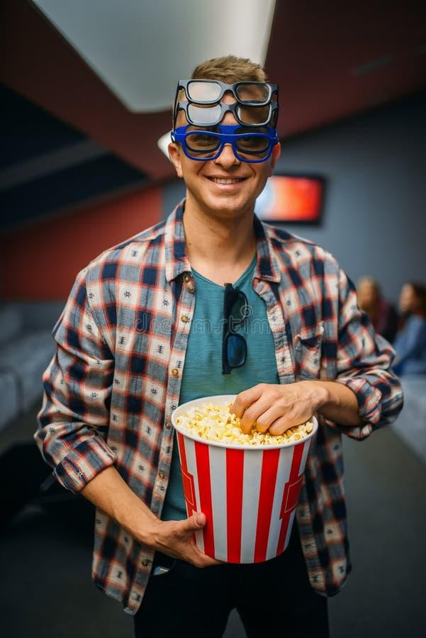 Мужской зритель в стеклах 3d, зала кино стоковое фото