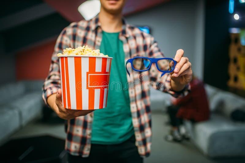 Мужской зритель со стеклами 3d и попкорном, кино стоковые изображения