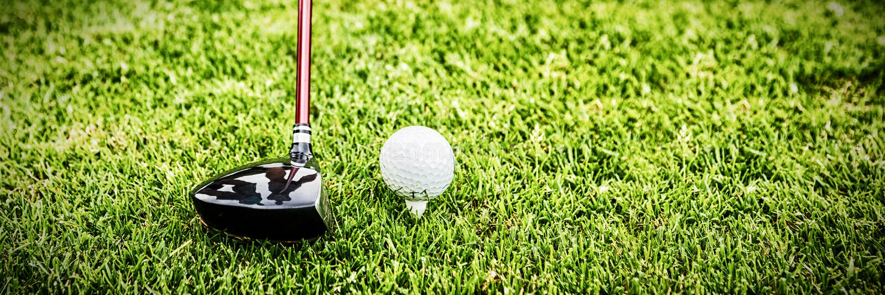Мужской инструктор помогая женщине в учить гольф стоковое изображение rf