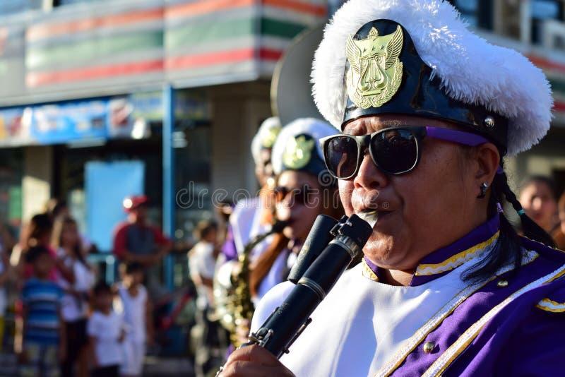 Мужской кларнет игры члена банды во время Lenten шествия стоковые фотографии rf