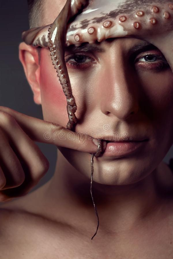 Мужской конец модели вверх по портрету с составляет и осьминог, концепция морской жизни стоковая фотография rf