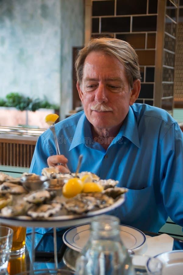 Мужской клиент на ресторане стоковая фотография