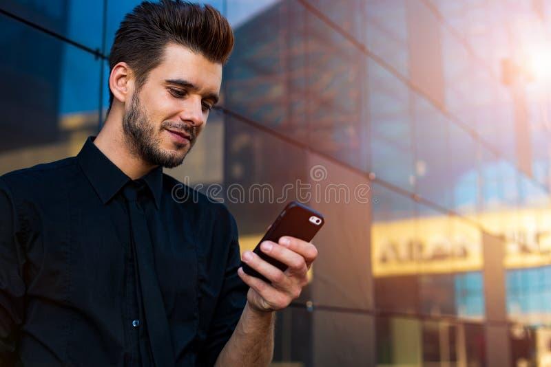 Мужской маклер используя посыльный на телефоне клетки стоковые изображения rf