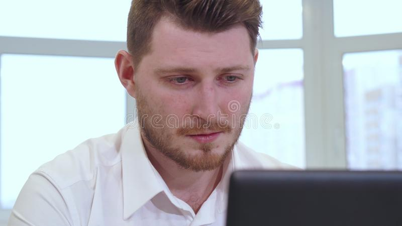 Мужской менеджер использует компьтер-книжку на офисе стоковое изображение rf