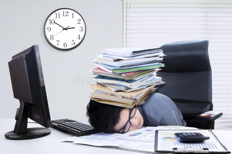Мужской менеджер спать с документами стоковое фото