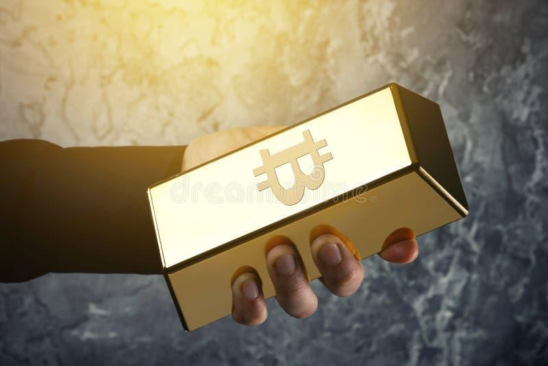 Мужской миллиард руки и золота с символом Bitcoin на ем стоковые изображения