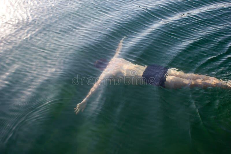 Мужской молодой пловец подводный - море, плавая уроки, ныряя стоковая фотография