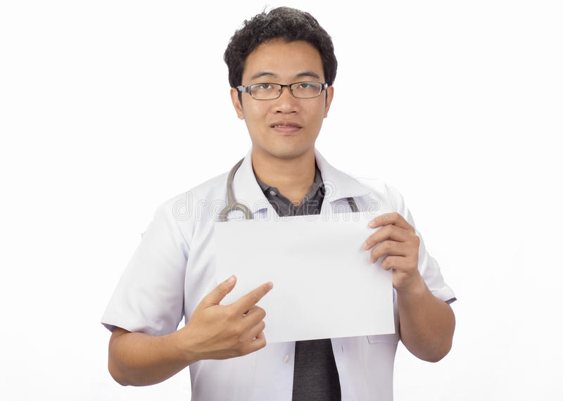 Мужской доктор при папка, стоя изолированный на wh стоковая фотография