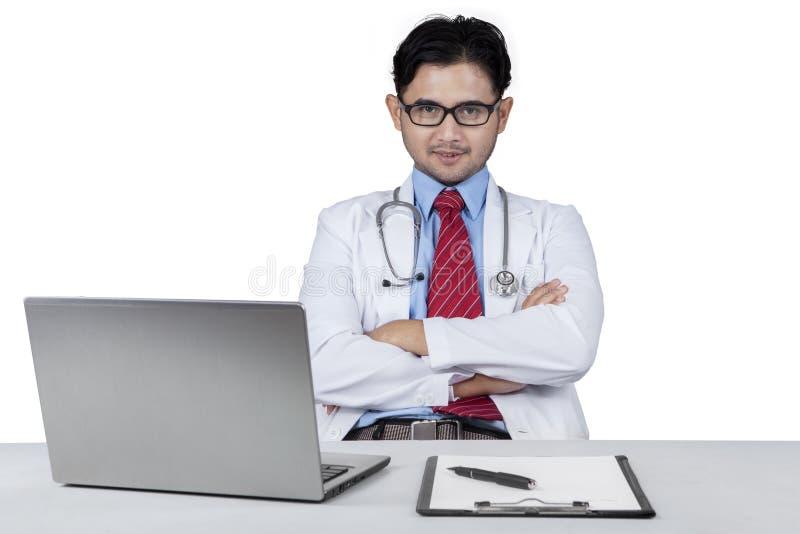 Мужской доктор смотрит уверенно стоковое изображение
