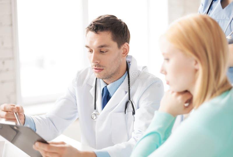 Мужской доктор с пациентом стоковая фотография rf