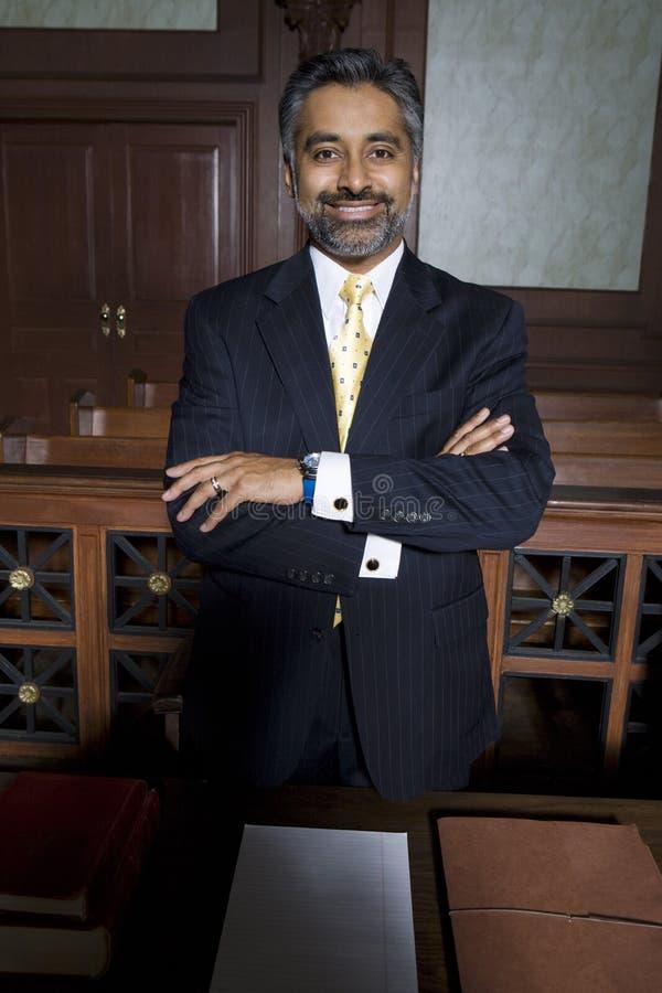 Мужской поверенный стоя в здании суда стоковое изображение rf