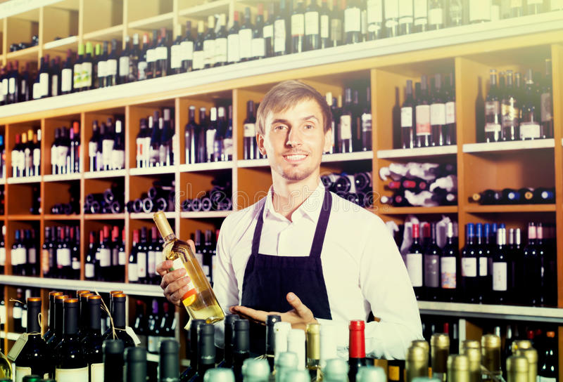 Мужской продавец в магазине вина стоковое фото