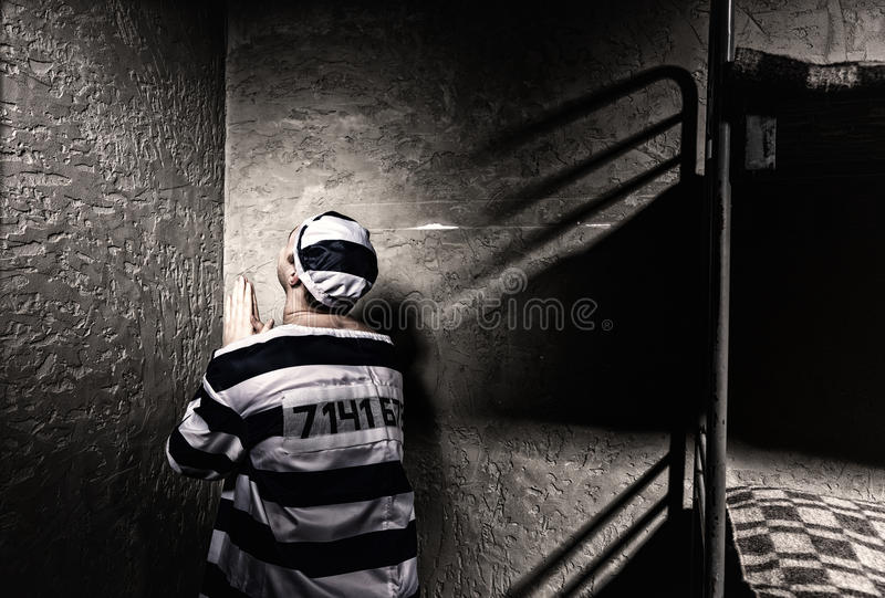 Мужской пленник сидит в угле и молит в малом pr стоковое изображение