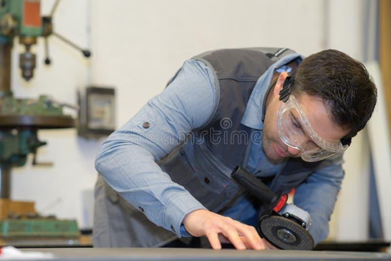 Мужской работник на промышленном предприятии механической обработки стоковые изображения rf