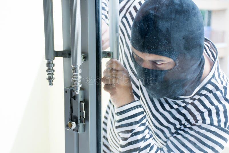 Мужской разбойник/Burglarize попытка для того чтобы сломать в комнату украсть стоковое фото rf