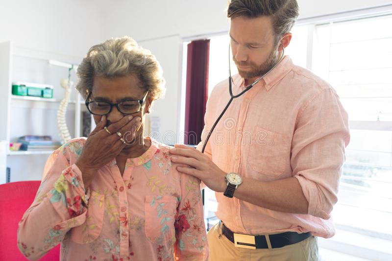 Мужской рассматривать доктора старшие терпеливые спасибо стетоскоп стоковые фотографии rf