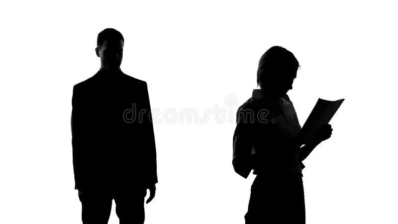 Мужской силуэт смотря женский коллеж с похотью, мечтая об отношении стоковые фото