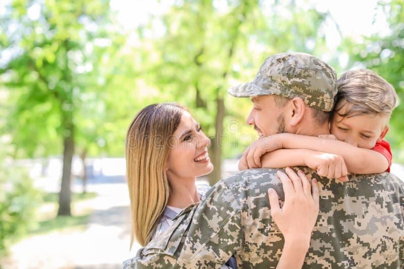 Мужской солдат с его семьей outdoors Военная служба стоковое изображение rf